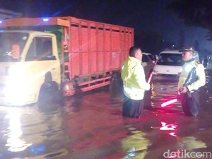 Jalan Rancaekek Depan Kahatex Banjir, Bandung-Garut Lumpuh