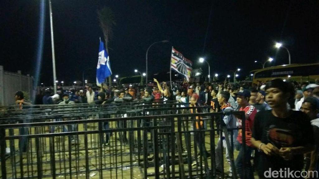 Suporter Ricuh di Luar Stadion Pakansari, Polisi Tembakkan Gas Air Mata