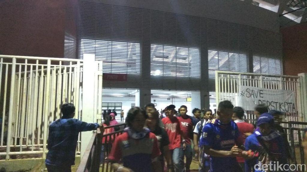 Pertandingan Usai, Suasana Luar Stadion Pakansari Kembali Kondusif