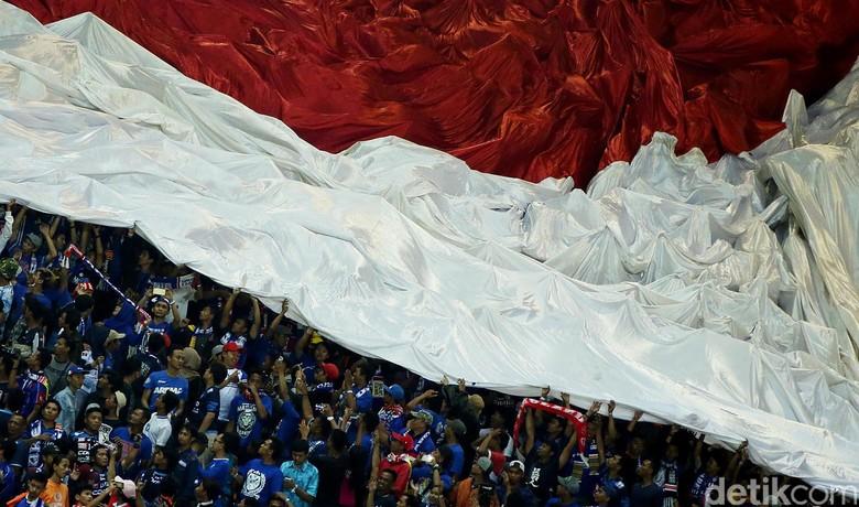Bendera Merah Putih Raksasa di Final Piala Presiden 2017