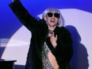 Pusing Nonton Video Lirik Baru Lady Gaga, Netizen Bikin Meme Lucu