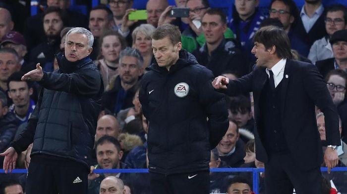 Antonio Conte dan Jose Mourinho di saat Chelsea vs Manchester United. (Foto: Reuters / Eddie Keogh)