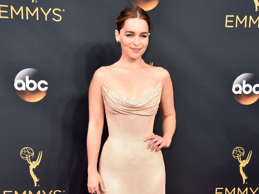 Gantikan Scarlett Jo, Emilia Clarke Jadi Bintang Parfum Dolce & Gabbana