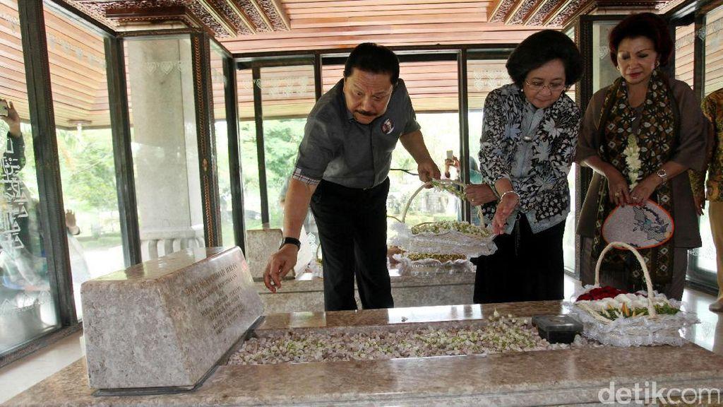 Tabur Bunga dan Doa Bersama Peringati Wafatnya Bung Hatta