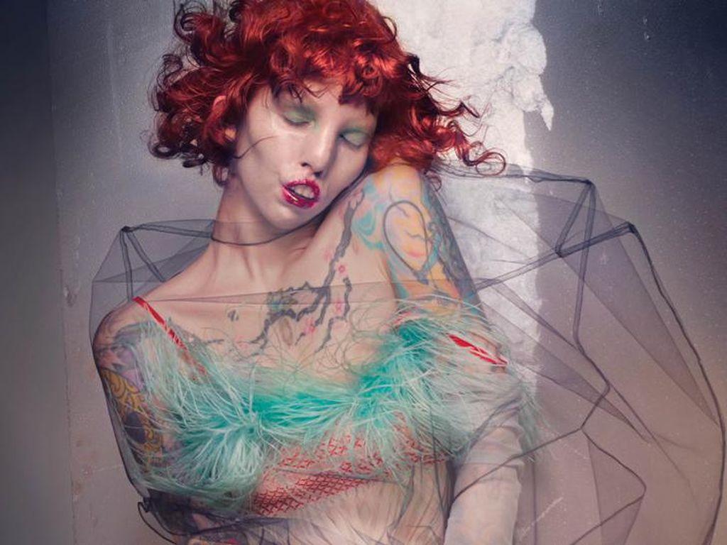 Penderita Sindrom Langka Jadi Model Pemotretan Majalah High Fashion