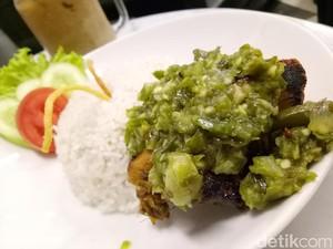 Pedas Gurih, Nasi Hangat Berpadu dengan Ayam Bakar Cabai Hijau
