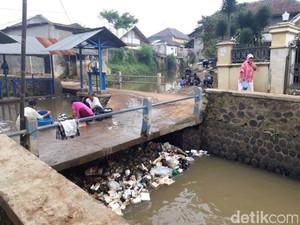 Di Aliran Sungai Kotor Ini Warga Majalaya Bandung Mencuci dan BAB