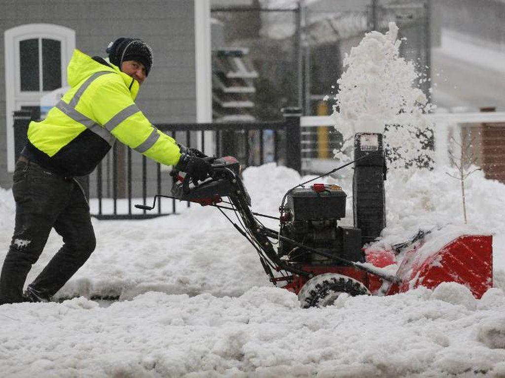 Warga Pennsylvania Berjuang Bersihkan Salju yang Selimuti Kota