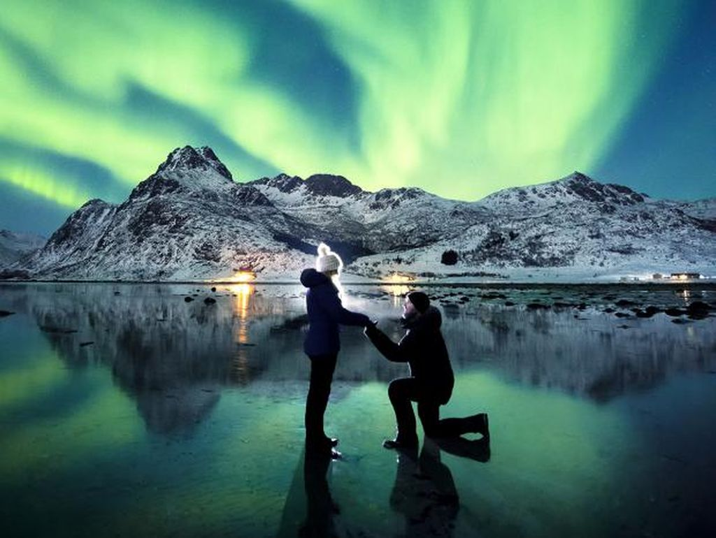 Bikin Baper, Pria Ini Lamar Kekasih Di Antara Gemerlap Cahaya Aurora