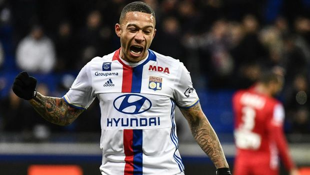 Lyon's Dutch forward Memphis Depay celebrates after scoring a goal during the French Ligue 1 football match between Olympique Lyonnais (OL) and Nancy (ASNL)  on February 8, 2017, at the Parc Olympique Lyonnais stadium in Decines-Charpieu, central-eastern France.  / AFP PHOTO / JEFF PACHOUD