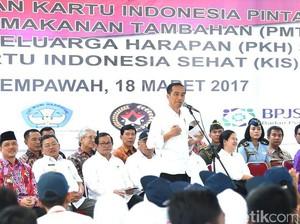 Jokowi Bagi-bagi Bansos Non Tunai di Kalbar