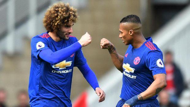 Marouane Fellaini merayakan gol pertama MU saat bertandang ke markas The Boro