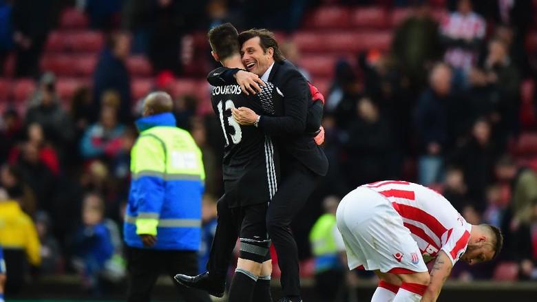 Conte Rayakan Kemenangan Chelsea dengan... Bergelantungan
