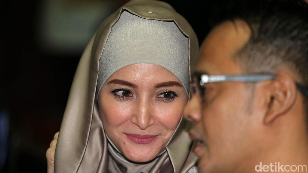 Inneke Koesherawati Dampingi Suami di Persidangan