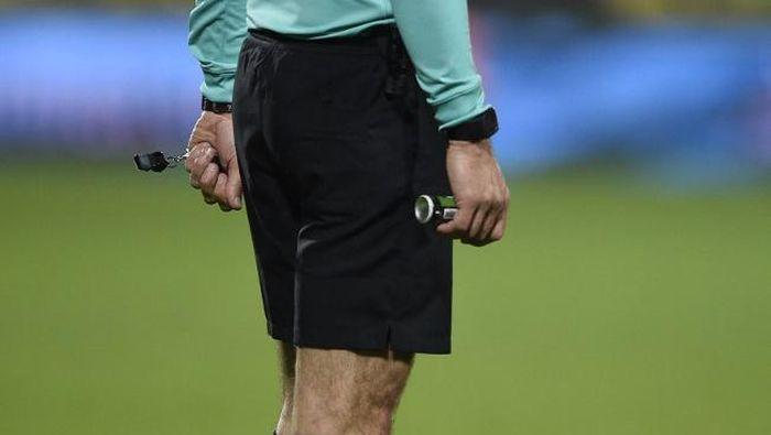 Banyak klub Liga 2 mengintimidasi wasit (AFP/Jean Christophe VERHAEGEN)