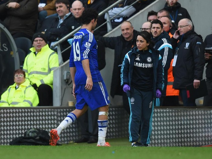 HULL, ENGLAND - MARCH 22:  Diego Costa of Chelsea talks to team doctor Eva Carneiro as he is substituted during the Barclays Premier League match between Hull City and Chelsea at KC Stadium on March 22, 2015 in Hull, England.  (Photo by Michael Regan/Getty Images)