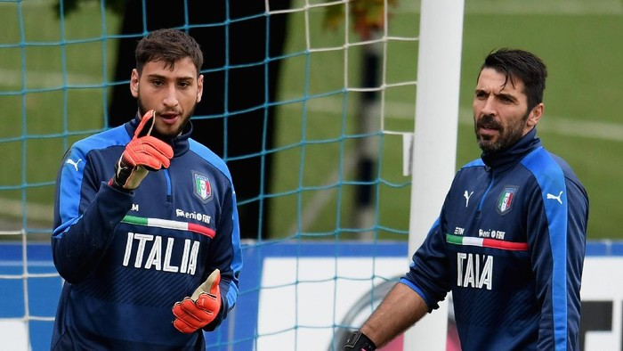 FLORENCE, ITALY - NOVEMBER 10:  Gianluigi Donnarumma and Gianluigi Buffon (R) chat during the training session at the clubs training ground  at Coverciano on November 10, 2016 in Florence, Italy.  (Photo by Claudio Villa/Getty Images)