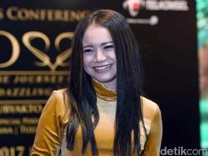 Rossa Begitu Riang Menyapa Penggemarnya di Konser