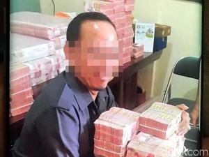 Penampakan Sekretaris Komura Memeluk Tumpukan Uang Miliaran Rupiah