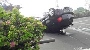 Sebuah Mobil Terbalik di Tol Cawang, Pengemudi Luka-luka