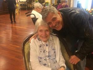 <i>So Sweet!</i> George Clooney Beri Kejutan untuk <i>Fans</i> yang Ultah ke-87
