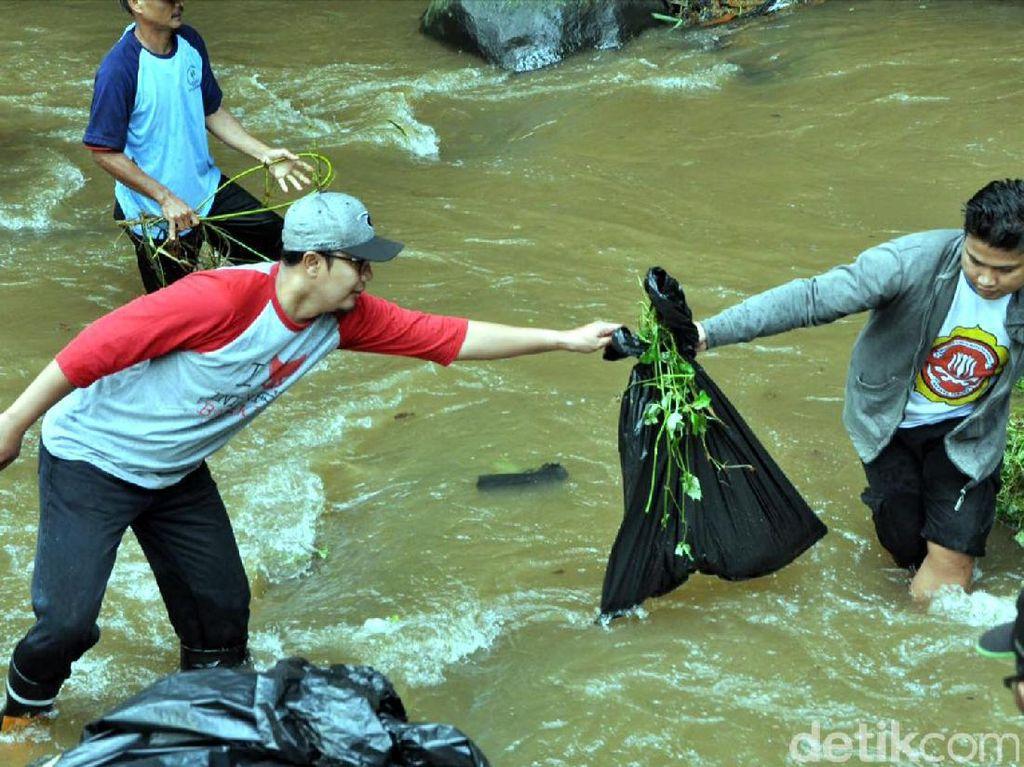 Hari Air, Wakil Wali Kota Sukabumi Bersihkan Sampah di Sungai
