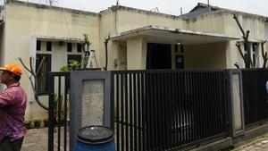 Geledah Rumah Terduga Teroris Tangsel, Polisi Angkut Mobil