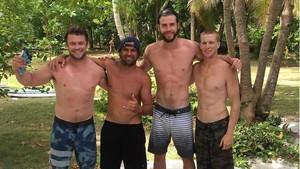 Liburan Si Ganteng Liam Hemsworth ke Mentawai