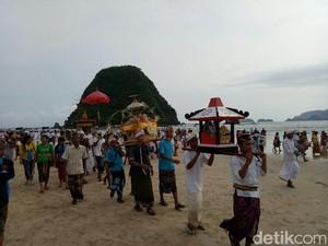 Melihat Khidmatnya Melasti Umat Hindu di Pulau Merah Banyuwangi