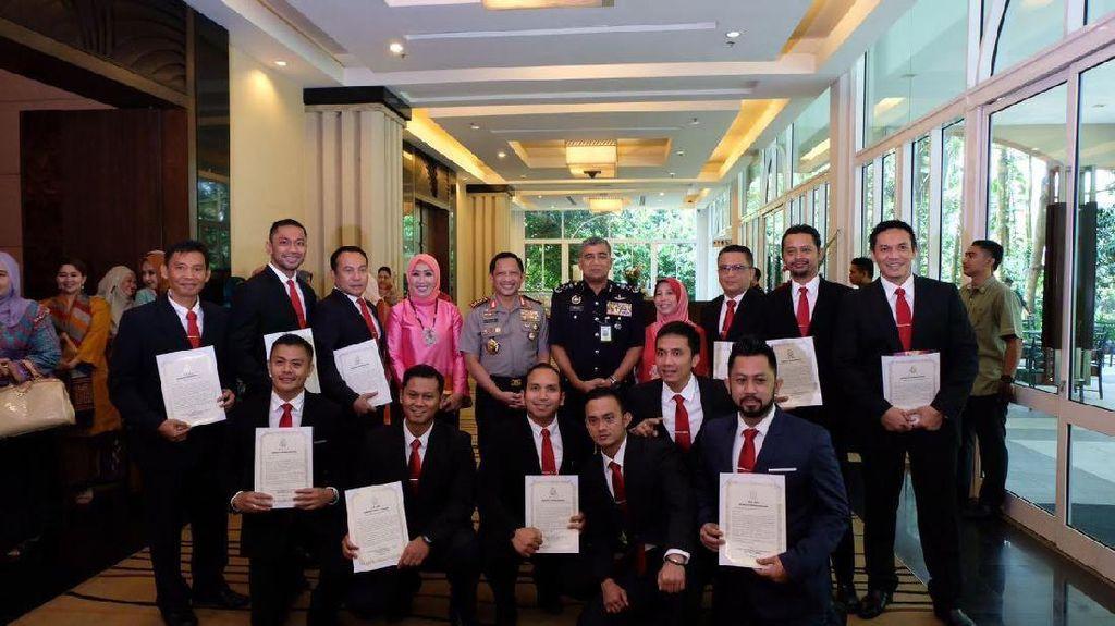 Bebaskan Ling Ling, Anggota Polri Diberi Penghargaan oleh PDRM