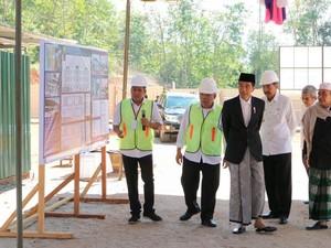 Pakai Peci dan Sarung, Jokowi <i>Groundbreaking</i> Ponpes di Mandailing Natal