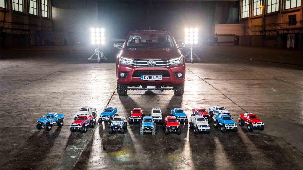Wow, Toyota Hilux Ditarik dengan 15 Mobil Remot Kontrol