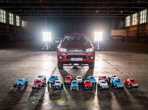 Wow, Toyota Hilux Ditarik dengan 15 Mobil Remote Kontrol