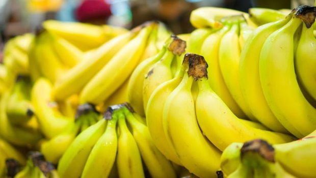 Ilustrasi bayi makan pisang