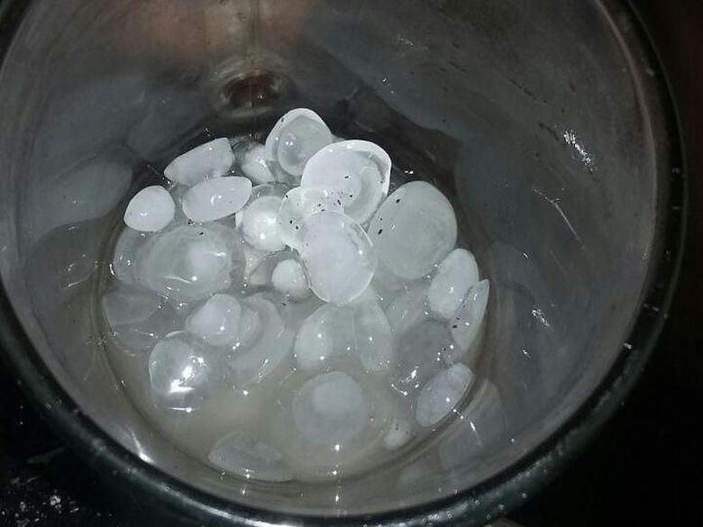 Ini Penampakan Batu Es yang Jatuh Saat Hujan di Jaktim dan Jaksel