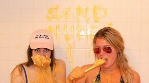 Dua Remaja Perempuan Ini Nekat Mengisi Bak Mandinya dengan Mac and Cheese!