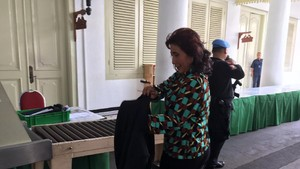 Macet, Susi Naik Motor Patroli ke Istana Bertemu Presiden Prancis