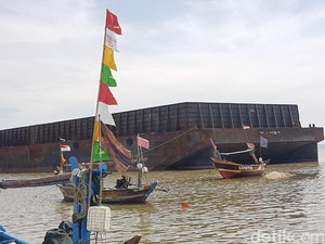 Tongkang yang Sebulan Terdampar di Pantai Lontar Dikeluhkan Nelayan