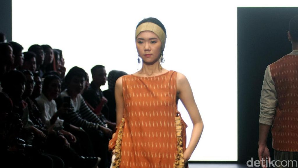 Foto: Koleksi IKAT Indonesia di Plaza Indonesia Fashion Week 2017