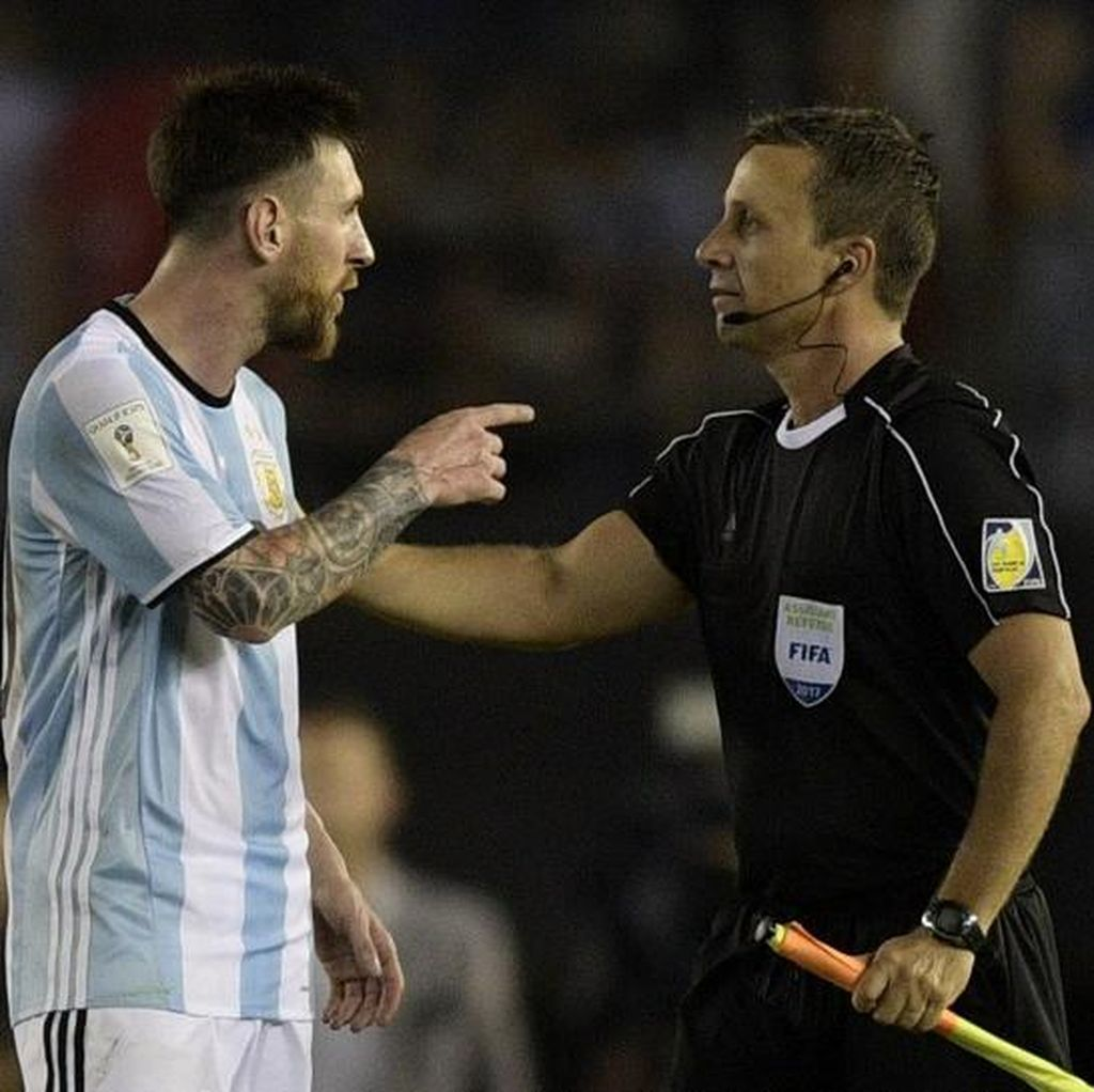 Messi Bantah Hina Asisten Wasit