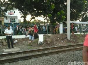 Menyeberang Lewat Pagar Bolong, Pria Tertabrak Kereta di Pasar Minggu