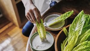 Hand Salad Gaya Sajian Salad yang Ramai Diperbincangkan Netizen