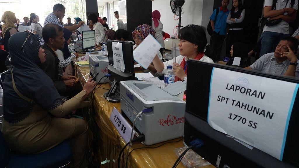 Wajib pajak melaporkan SPT Tahunan PPh Orang Pribadi di KPP Pratama Tangerang Timur, Tangerang, Banten, Senin (27/3). Menjelang berakhirnya waktu pelaporan, kantor pajak tersebut kini melakukan pelayanan ekstra hingga malam hari, pukul 19.00 WIB dan pada tanggal 31 Maret 2017 hingga pukul 00.00 WIB. ANTARA FOTO/Fajrin Raharjo/aww/17.
