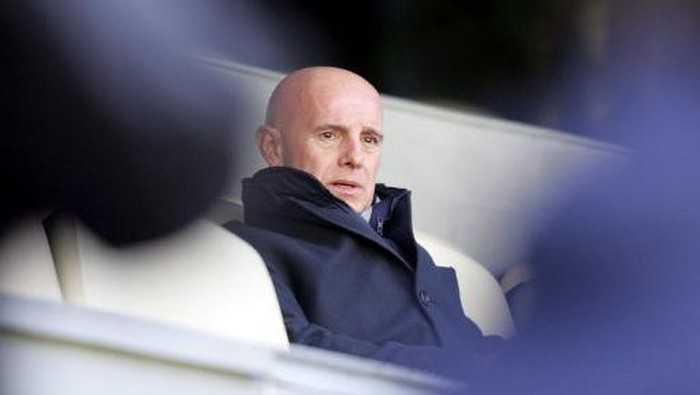Real Madrids Sporting Director Italian Arrigo Sacchi looks at his players during a training session on the eve of their Champions League football match against Juventus, at Santiago Bernabeu stadium in Madrid, 21 February 2005. AFP PHOTO/ JAVIER SORIANO / AFP PHOTO / JAVIER SORIANO