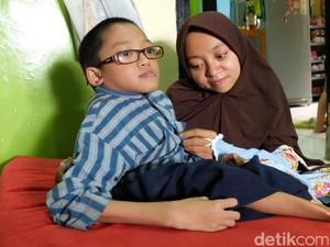 Menengok Fahri, Bocah Kelainan Tulang dari Bandung