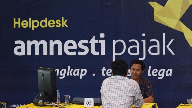 Petugas pajak melayani warga yang mengikuti program Pengampunan Pajak (Tax Amnesty) di Kantor Direktorat Jendral Pajak, Jakarta, Jum'at (31/3).  Untuk memberikan akses yang lebih luas kepada Wajib Pajak di wilayah  Jakarta,   Ditjen Pajak memperluas layanan penerimaan Surat Pernyataan Harta di empat lokasi yaitu Kantor Pusat Ditjen Pajak, Kantor Wilayah DJP Jakarta, Kantor Wilayah DJP Wajib Pajak Besar dan KPP Madya Wilayah Jakarta . ANTARA FOTO/Atika Fauziyyah/pd/ 17.
