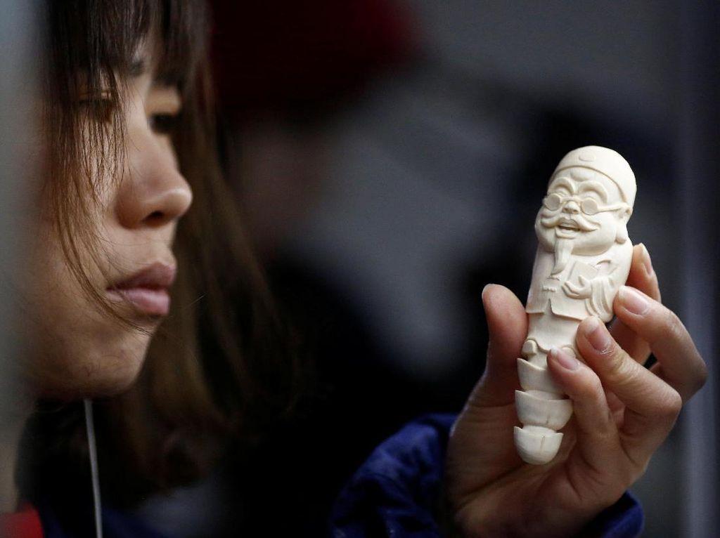 Melihat Pengrajin Ukiran Gading di Beijing