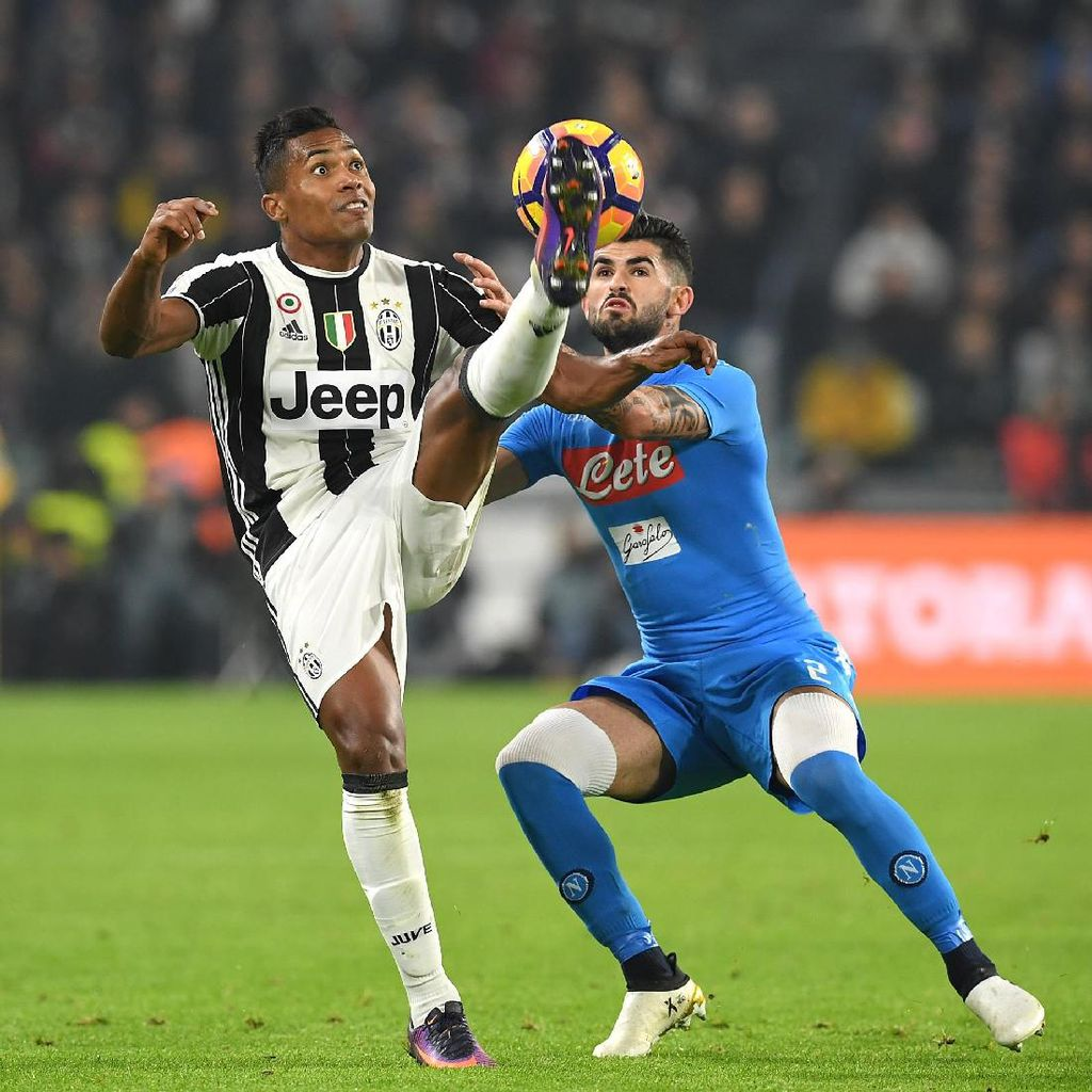 Juventus Tegaskan Tak Ingin Jual Alex Sandro