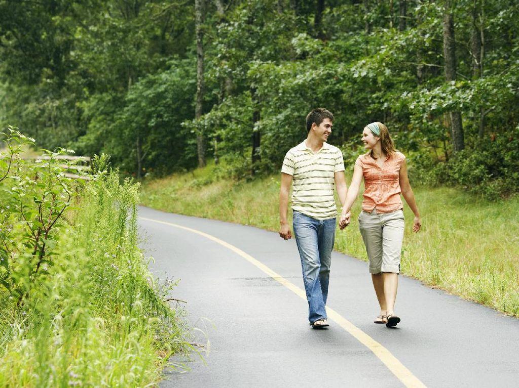 Jalan Kaki Berdua Bisa Buat Hubungan Lebih Harmonis, Ini Caranya