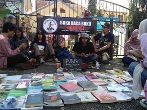Rangsang Minat Baca, Mahasiswa Garut <i>Ngelapak</i> Pustaka Berjalan